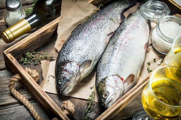 Surowy łosoś z ryb morskich z białym winem i tymiankiem. na drewnianym