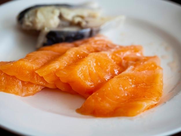 Surowy łososiowy sashimi na białym naczyniu, japonia jedzenie.