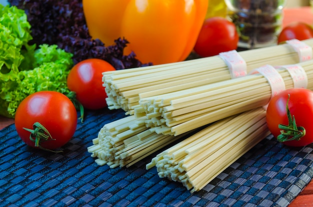 Surowy makaron udon i warzywa do gotowania potraw