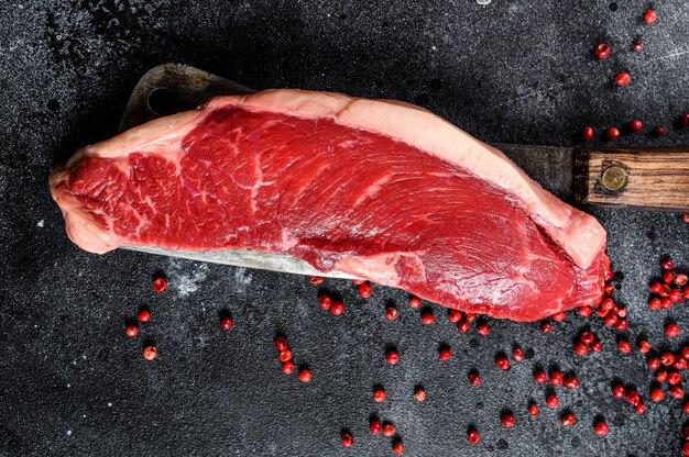 Surowy marmurkowy stek wołowy. czarne mięso angus. widok z góry