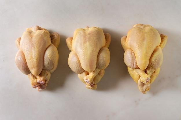 Surowy niegotowany kurczak