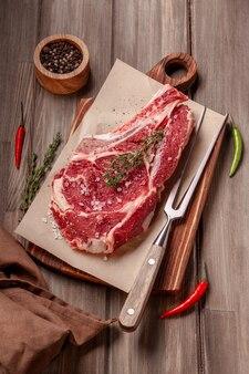 Surowy niegotowany stek wołowy