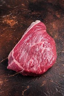 Surowy rostbef pokrojony lub stek z polędwicy wołowej na stole rzeźnika