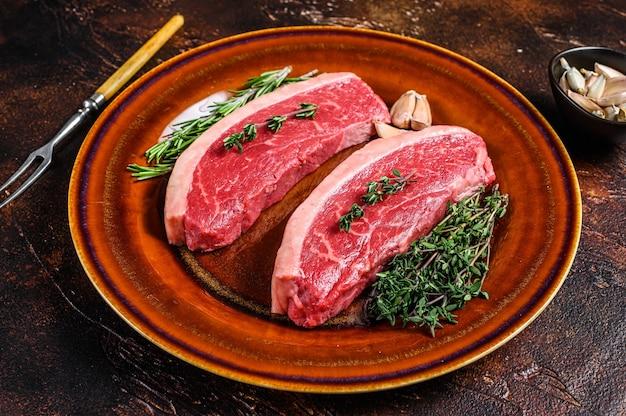 Surowy rumsztyk lub stek z brazylijskiej wołowiny picanha.