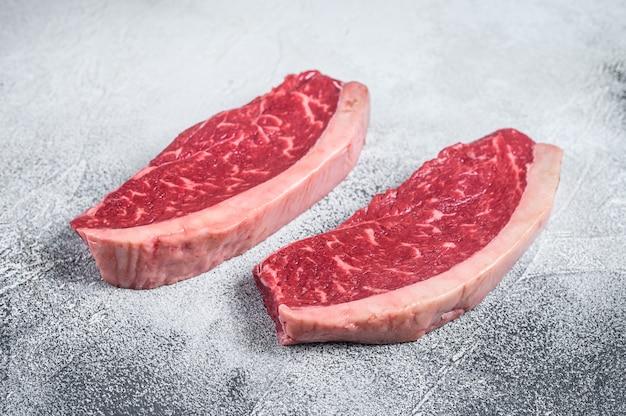 Surowy rumsztyk lub stek z polędwicy wołowej