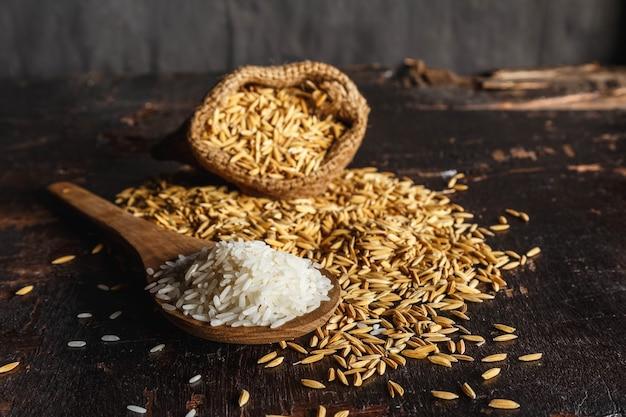 Surowy ryż gotowany na parze i ryż niełuskany na drewnianych
