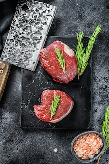 Surowy stek filet z polędwicy na kamiennej desce