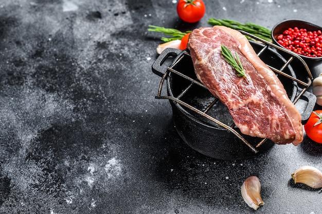 Surowy stek picanha lub top sirloin cap na grillu. czarny