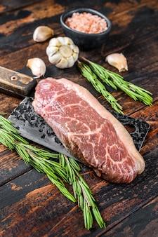 Surowy stek picanha lub top sirloin cap na tasak do mięsa