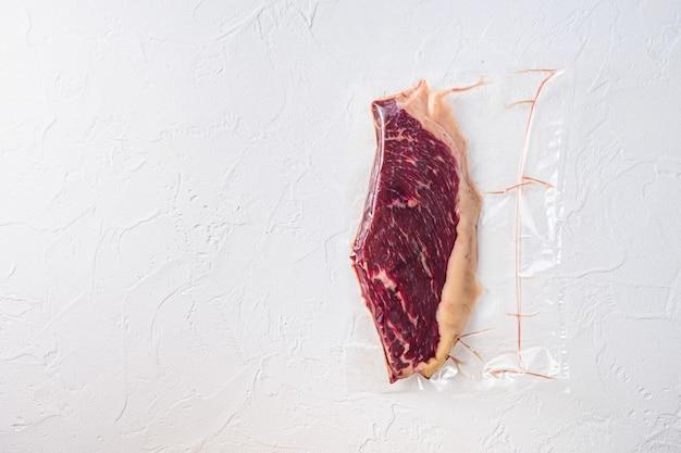 Surowy stek picanha pakowany próżniowo ekologiczne mięso wołowe