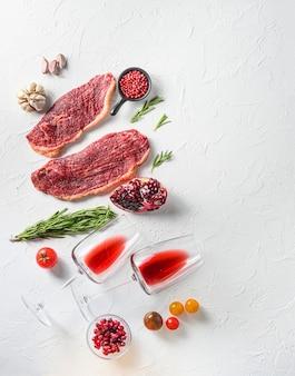 Surowy stek picanha z kieliszkami czerwonego wina