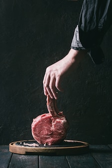 Surowy stek tomahawk