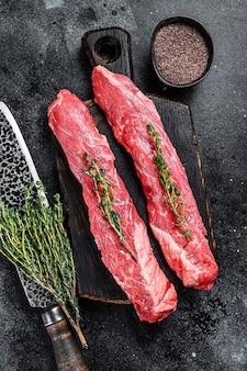 Surowy stek wołowy maczeta spódnica na deskę do krojenia z nożem