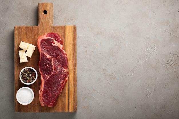 Surowy stek wołowy nowy jork.