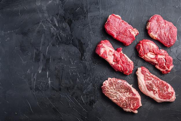 Surowy stek wołowy pokrojony z górnym ostrzem, karkówką i rumsztykiem