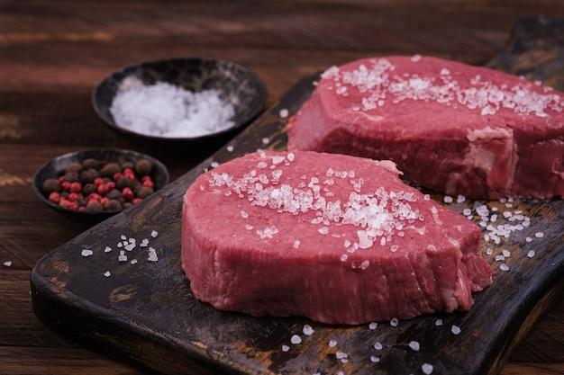 Surowy stek wołowy posypany solą