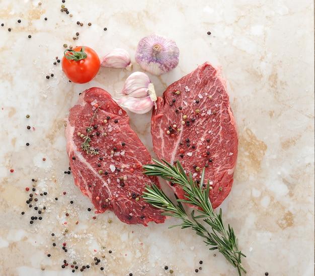Surowy stek wołowy z rozmarynem