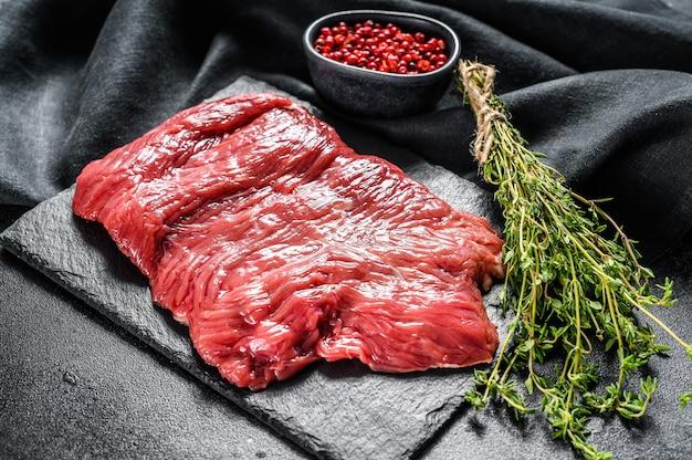 Surowy stek z boczku, marmurkowe mięso