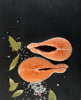 Surowy stek z łososia na naturalnym czarnym tle