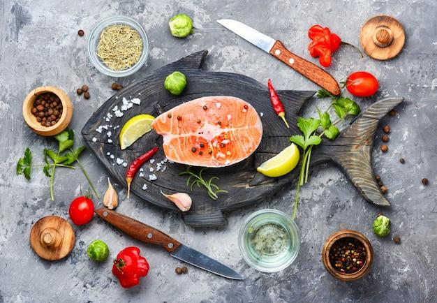 Surowy stek z łososia