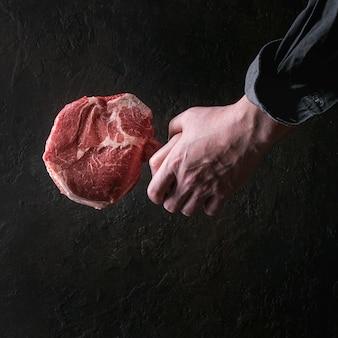 Surowy stek z tomahawka