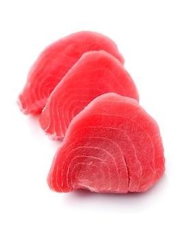 Surowy stek z tuńczyka na białym tle.