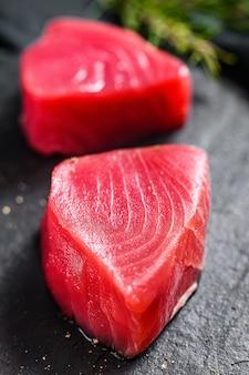 Surowy stek z tuńczyka. ścieśniać