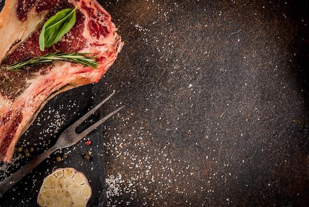 Surowy stek z wołowiny z przyprawami do gotowania
