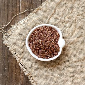 Surowy suchy czerwony ryż w pucharu odgórnym widoku
