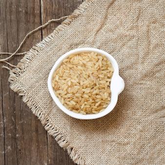 Surowy suchy nieoszlifowany ryż w pucharu odgórnym widoku