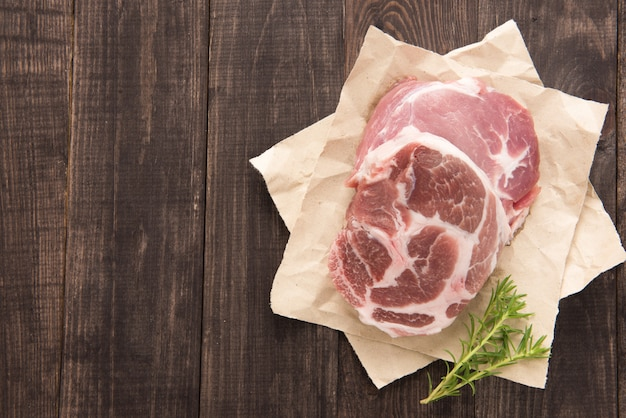 Surowy świeżego mięsa stek na drewnianym tle