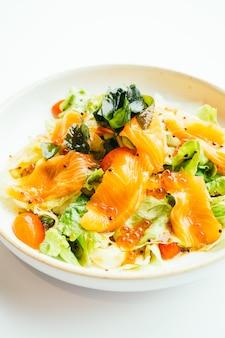 Surowy świeży łososiowy mięsny sashimi z jarzynową sałatką