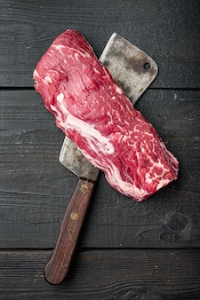 Surowy, świeży, marmurkowy antrykot stekowy z zestawu mięsnego black angus prime filet mignon polędwica pokrojona