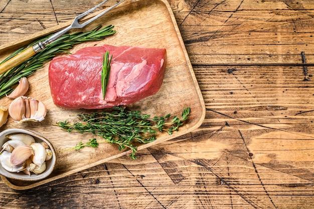 Surowy świeży stek z mięsa cielęcego z ziołami