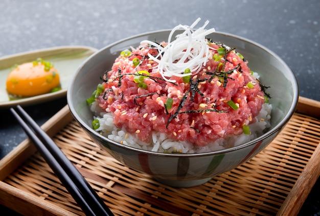 Surowy tuńczyk i cebula z ryżem w stylu japońskim.
