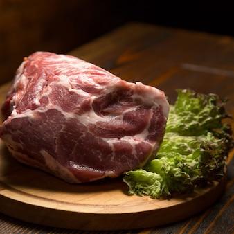 Surowy wieprzowiny mięso na drewnianej desce