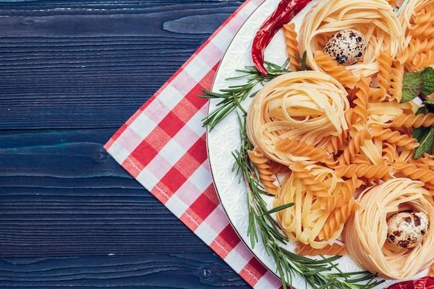 Surowy włoski makaron, odgórny widok