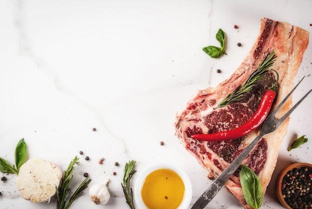 Surowy wołowy marmurkowaty mięso striplon stek z żeberka z przyprawami