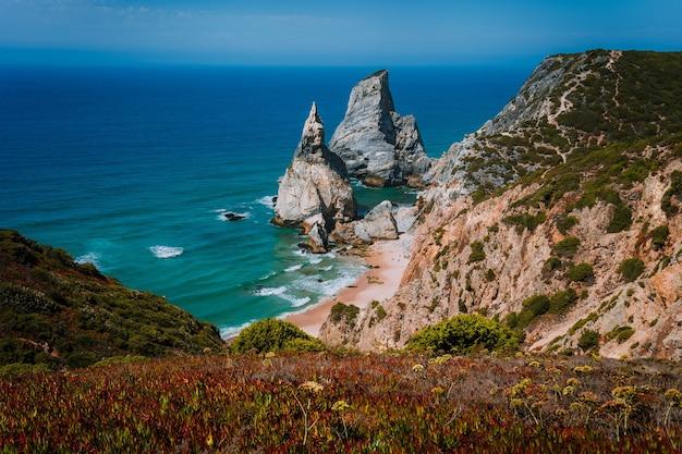 Surrealistyczne i dziwaczne skały na plaży praia da ursa, sintra, portugalia