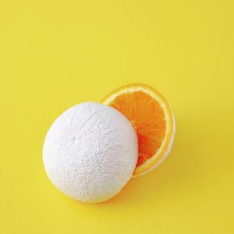 Surrealistyczny pomysł nierealnych białych owoców pomarańczy na żółtym tle.