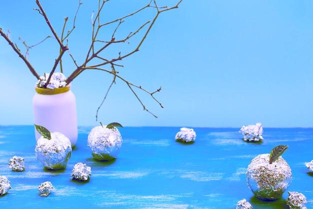 Surrealizm jabłoń owinięta w folię to naturalne zielone liście.