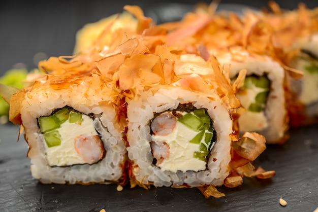 Sushi bonito z frytkami łososia, sera i tuńczyka