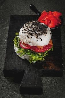 Sushi-burger, jedzenie hybrydowe typu sandwichtrend. japońska kuchnia azjatycka.