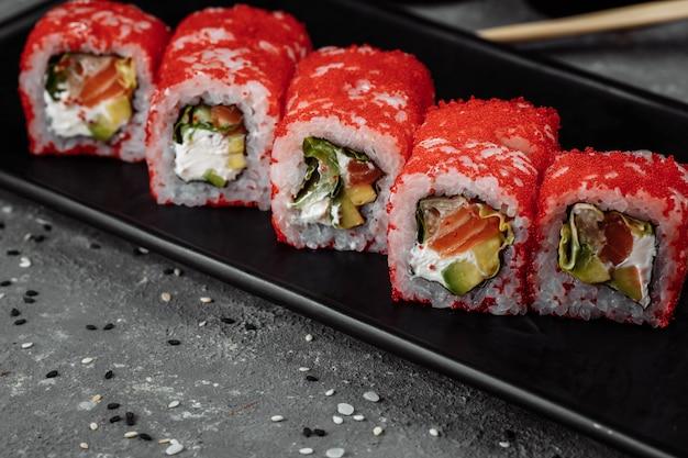 Sushi california roll z tuńczykiem w kawiorze