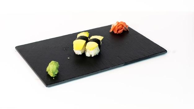 Sushi de aguacate sobre tabla negra