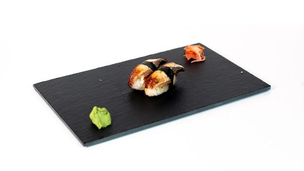 Sushi de anguila sobre tabla negra