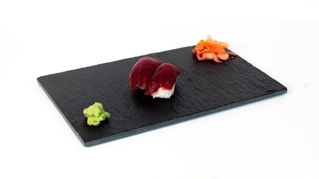 Sushi de atun sobre tabla negra