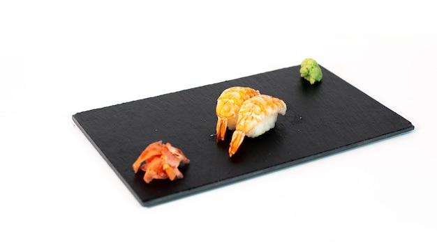 Sushi de gambas sobre tabla negra