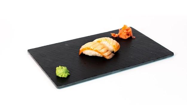 Sushi de salmón flameado sobre tabla negra