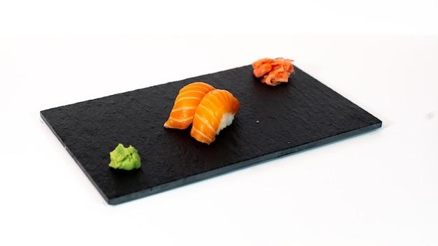 Sushi de salmón sobre tabla negra